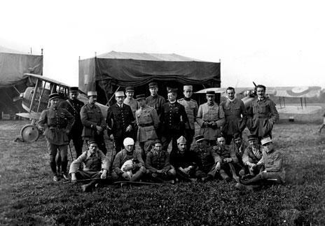 ed8229ccdb7f6f Officiers formant l état-major du GC 12 posent en compagnie de pilotes des  escadrilles SPA 3, SPA 26 et SPA 103 sur le terrain d Hétomesnil, ...