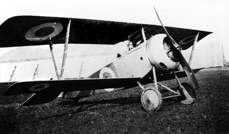 40d635d475ef Cne Georges Matton, commandant l escadrille N 48, du 8 octobre 1916 au 10  septembre 1917, date de sa mort au combat, pose à coté de son Nieuport 17  en fin ...