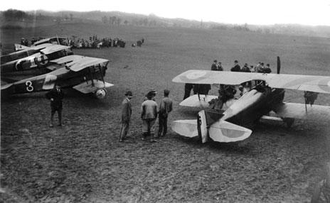 3e400b5acef7 Suite à l invitation de M. E. Petit, directeur de l école d aviation  suisse, quatorze avions de l aéronautique militaire française ont atterri  sur le ...