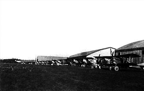 cab5783777ed Alignement des SPAD VII et Nieuport de divers types des unités déployées  sur le terrain de La Noblette, le 16 février 1917 - De gauche à droite, ...