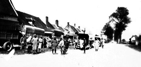 16c58ef21389 Convoi des tracteurs d aviation et de camions de l escadrille N 79  photographiés pendant un transfert d escadrille entre deux terrains -  Cliquez sur l image ...