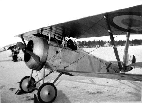 e7fa3d2bb360 Le Ltt Georges Defougère, pilote de l escadrille N 76, aux commandes de son Nieuport  17 n° 1932 pendant l hiver 1916-1917 - Cet avion était auparavant ...